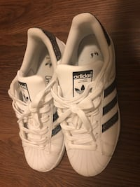 pair of white Adidas Superstar 阿灵顿, 22202