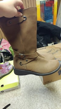 Pair of brown mid-calf boots. Lined on the inside Sarnia, N7T 4B5