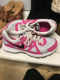 Pair of white-pink-and-black Nike low top sneakers Auburn, 13021