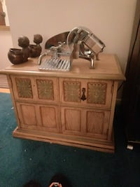 Wooden cabinet tv stand Bloomfield Hills, 48302