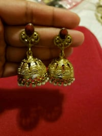 pair of gold-colored earrings 28 km