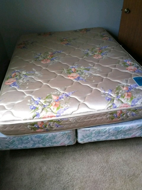 Queen size mattress split queen box spring, frame 13924dc5-205d-4ced-ae4c-3dbe81b28aee