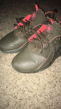 pair of black-and-red Nike basketball shoes Columbus, 31808