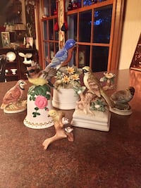 Six birds, the two in the middle, play music. Lexington, 40515