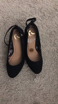 pair of black leather flat shoes Vienna, 22182