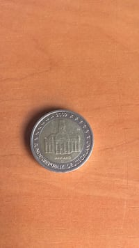 moneda redonda de color plateado