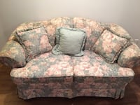 Fauteuil sofa loveseat floral couch. Montreal, H3M