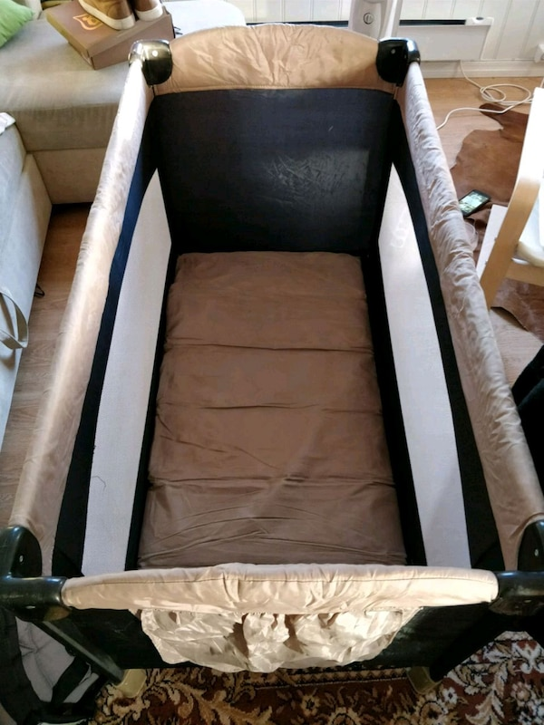Portable baby crib (Like-New condition)