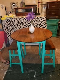 Super cute little pub table and 2 stools Mustang, 73064