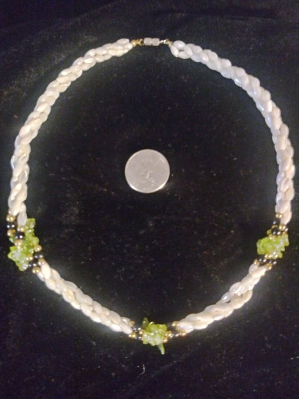 Mother of pearl with black and green accent necklace vintage 330e88bc-0159-4562-8fde-2a373ae56793