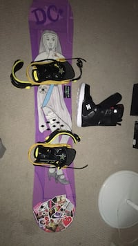 Dc snowboard comes with boots size 9 Keswick, L4P 3P8