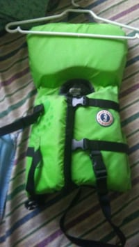 green and black zip-up life jacket 3556 km