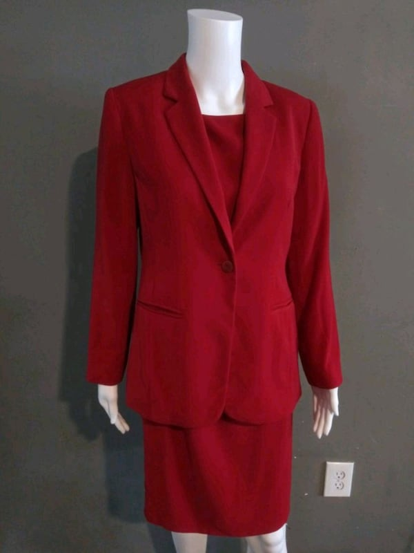 **WOMEN'S SIZE 4 PETITE DARK RED BUSINESS SUIT!** 3ecb8792-8280-47ab-837d-bd6ad8fd2033