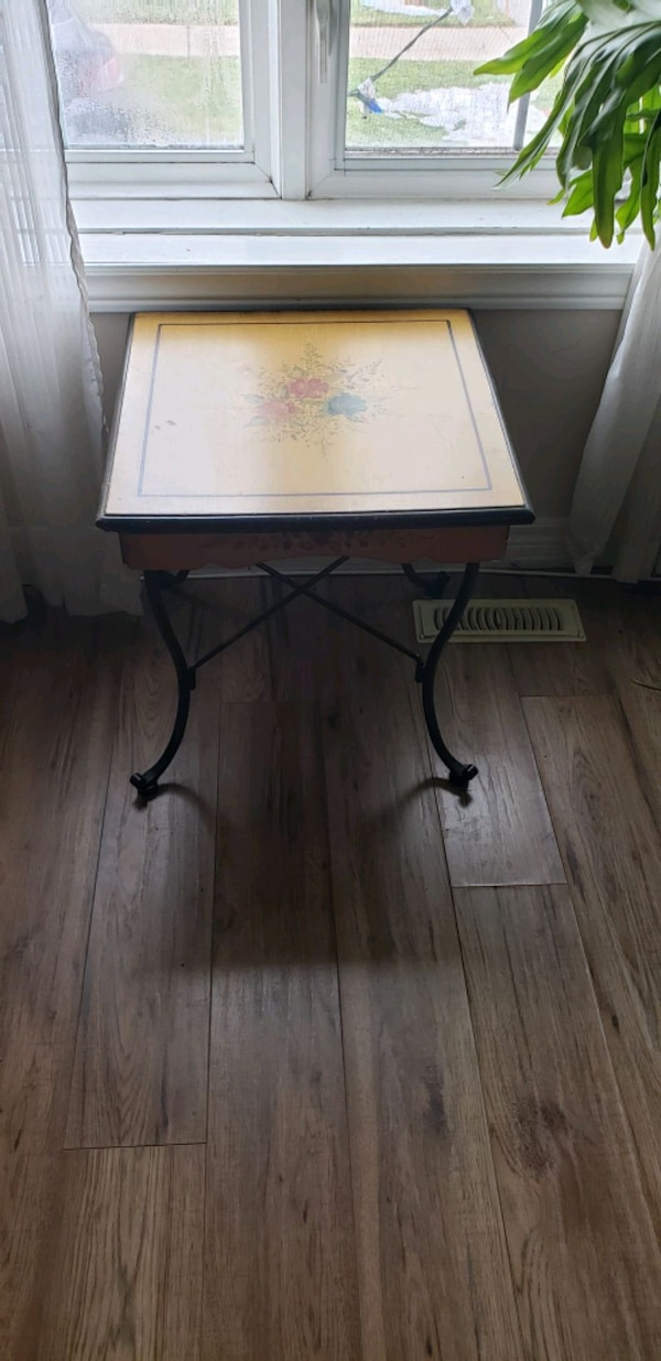 Painted Side Table d0dbe821-ba78-41ad-80c2-98517741bb55