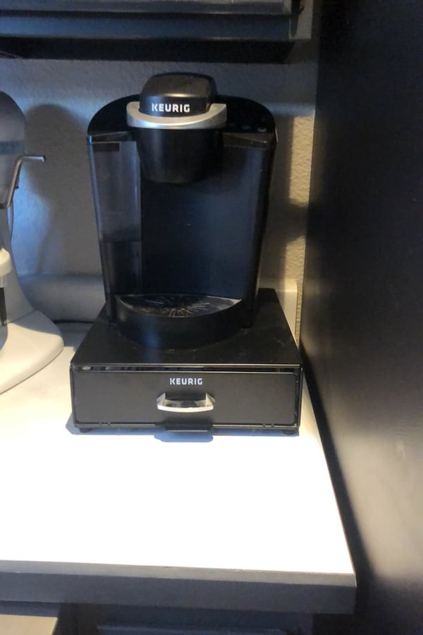 Coffee maker with cup tray d5f09522-a0f7-47b0-a74e-f37ad7420dd7
