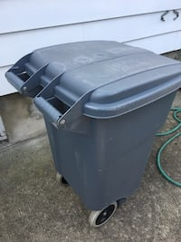 Rubbermaid commercial trash can Lodi, 07644