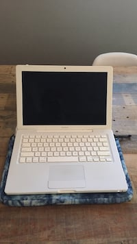 Perfect condition white macbook (with burton computer case ) Vancouver, V5T 2S3