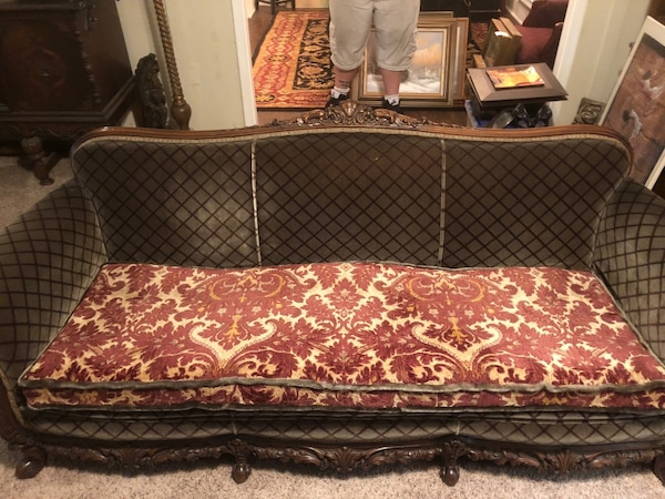 Begagnad Lovely Vintage Fabric Sofa with a Carved Solid Wood Trim Must Go this Weekend Reduced till salu i Lithonia - letgo