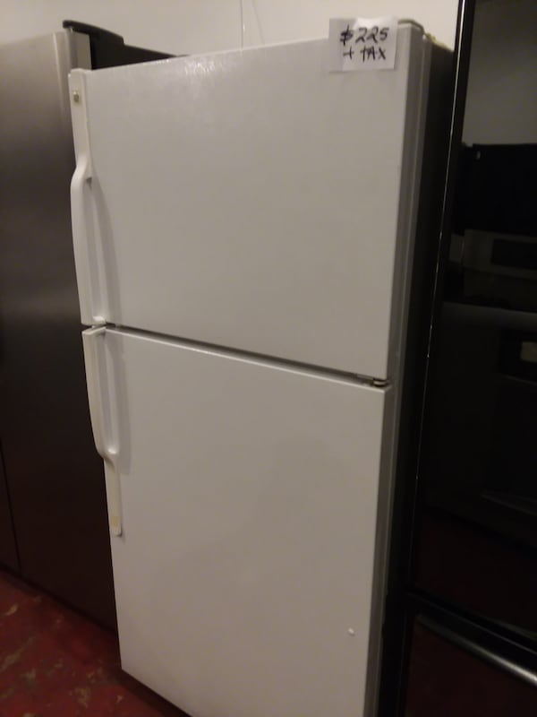 Ge top and bottom refrigerator excellent condition  675dcd18-a8aa-4f67-95e8-dba9008ef819