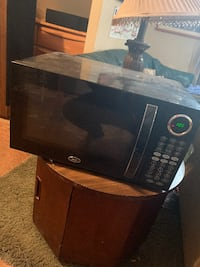 USED Oster 2014 0.9 cu. ft. Countertop Microwave Oven in Black Glenview