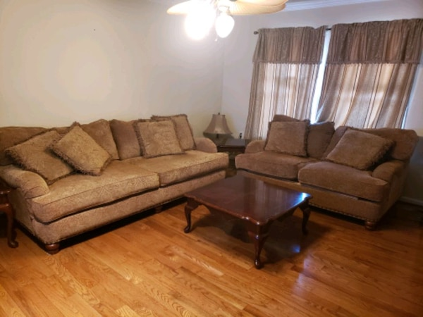 Living room set with coffee table and 2 end tables 6e073d99-72a1-466b-b87e-19abc4431006