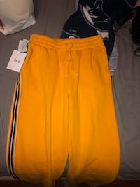 Brand new women's Aritzia tna iconic yellow sweatpants size small Surrey, V3S 3J4
