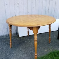 Wood table plus matching chairs / leaf to expand t Vancouver, V6E 1V1