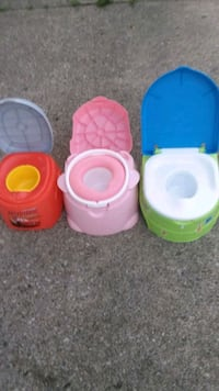 three assorted color plastic containers Reynoldsburg, 43068
