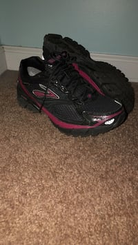 Ghost gore Tex sneakers like new 6.5 Burnt Hills, 12027