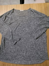 Gray 3/4 sleeve shirt. Size medium. Vancouver, V5R 4N1