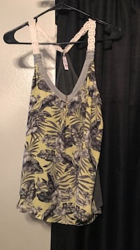 white and black floral v-neck sleeveless top Bakersfield, 93311