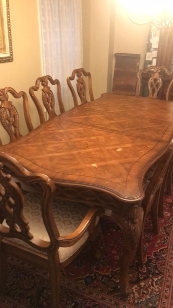 brown wooden dining table set 119a4482-0cf5-4574-896e-77f458045fdb