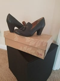 pair of women's black chunky heels with box