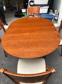 Kitchen table great condition 4 chairs  Hamilton, L9C 0A8