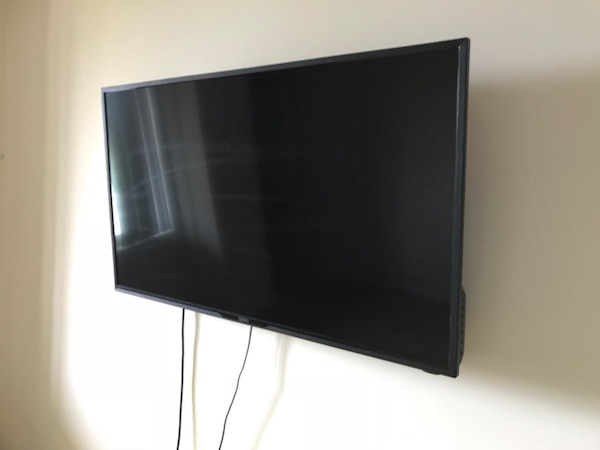 42 Inch TV, completly functional (Wall Mount Included )fixed