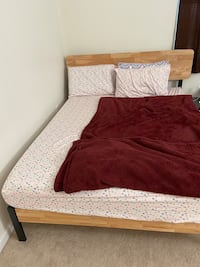 Queen size bed frame Herndon, 20171