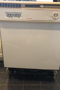 Fully functional dishwasher- older, but works great!
