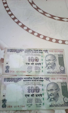 two 100 Indian Rupee banknote