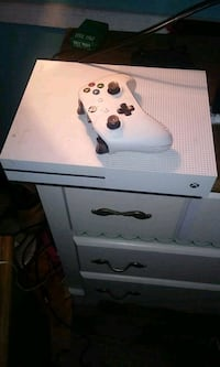 white Xbox One console with controller Gaston, 29053
