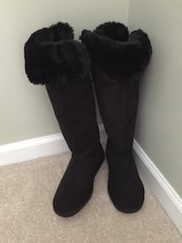 Pair of black sheepskin boots Centreville, 20120