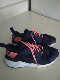 Girl's size 5y Navy blue  and pink Nike air huarac Parkersburg, 26101