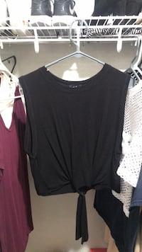 black scoop-neck cap-sleeved shirt