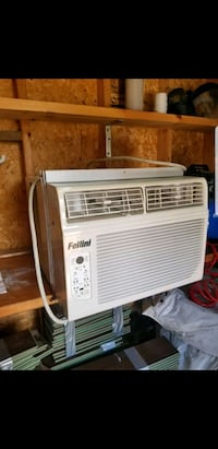 white window-type air conditioner Bois-des-Filion