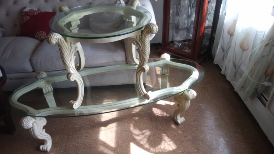 Two beautiful tables for 40 dólar  5cd1fd78-f06f-4141-ae8c-b5c3446e7152