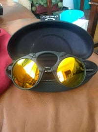 Oakley sun glasses with cloth and case