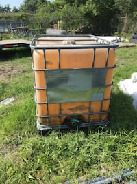 275 gal water tank with spicket