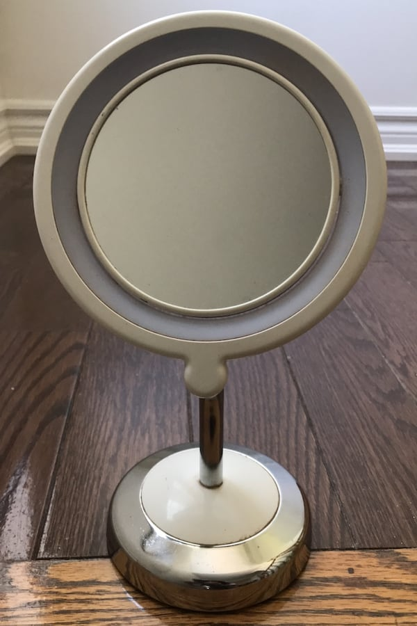 Double-sided Makeup Mirror with Lights cac020b6-069b-4bf0-ad26-fcd2b2541256