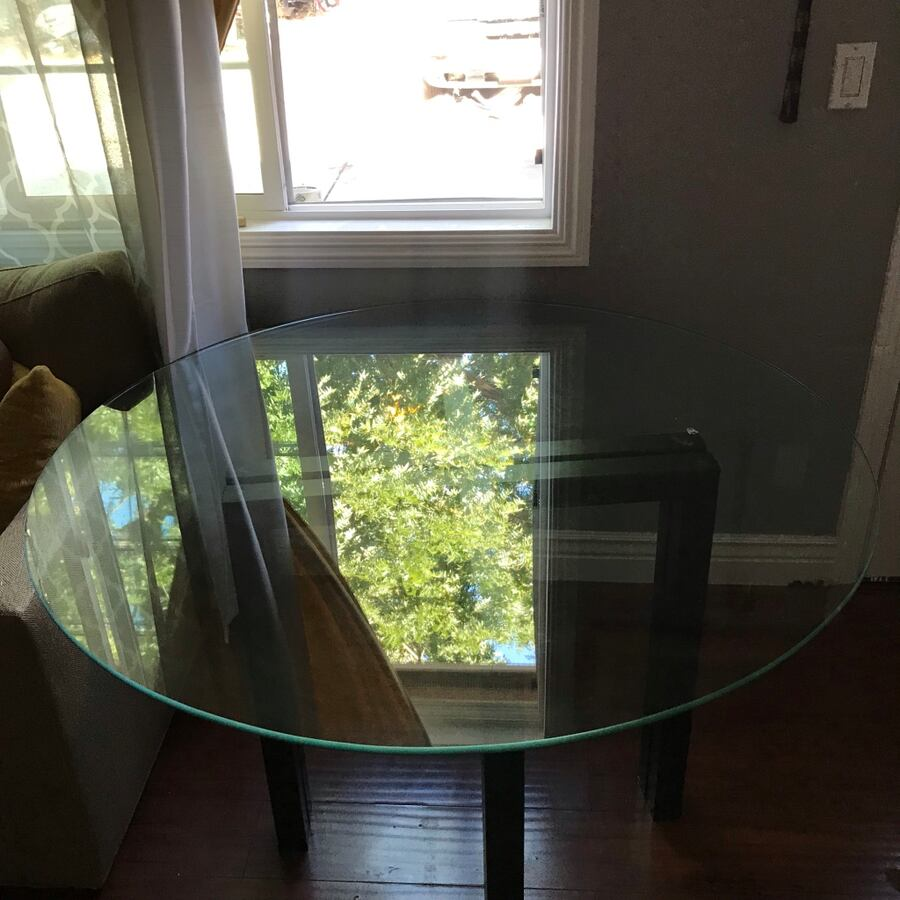 Glass table  6d82577f-0ced-4f18-a181-7bf6d048c887