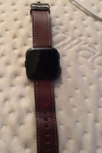 has a crack across the screen a Fitbit versa comes with bands