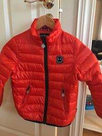 rød og svart zip-up bubble jacket